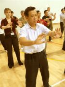 Studenti Pathgate in Singapore practicand Qigong